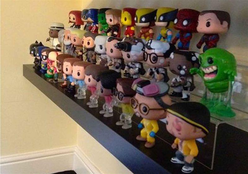 Imagem em destaque de bonecos colecionáveis em uma estante