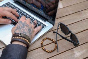 Imagem em destaque de homem usando o notebook