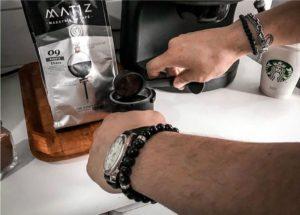 homem-fazendo-café-usando-pulseiras-masculina