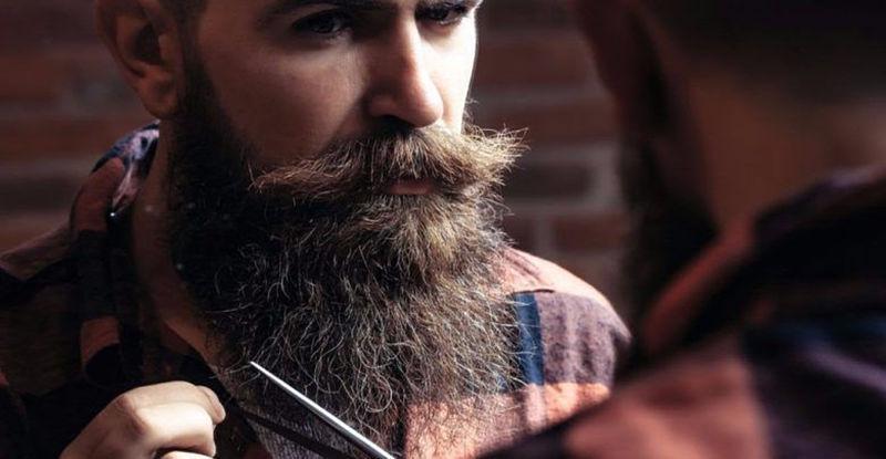 imagem de homem com barba com frizz