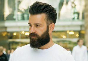 Imagem de um homem que seguiu as cinco dicas para cuidar da barba