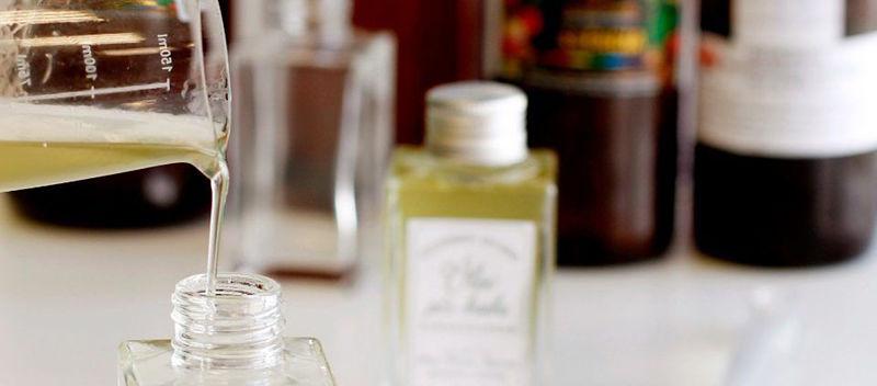 imagem de oleo para barba sendo produzido