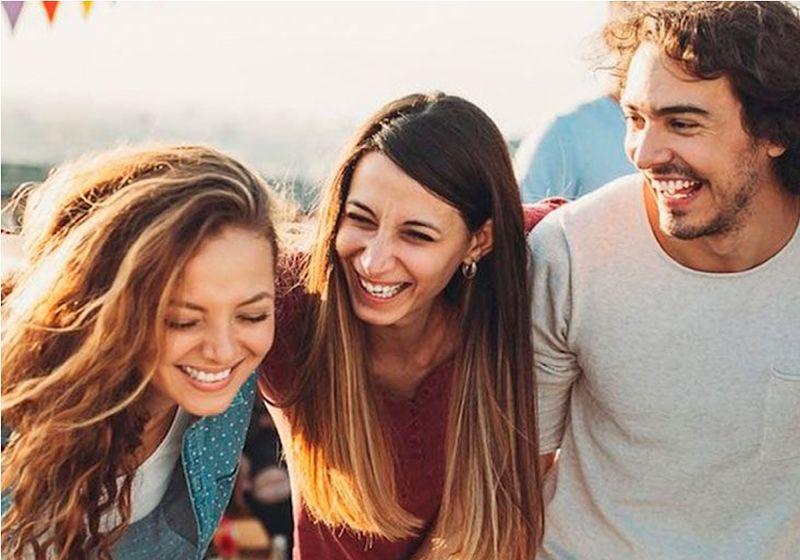 imagem com grupo de amigos rindo