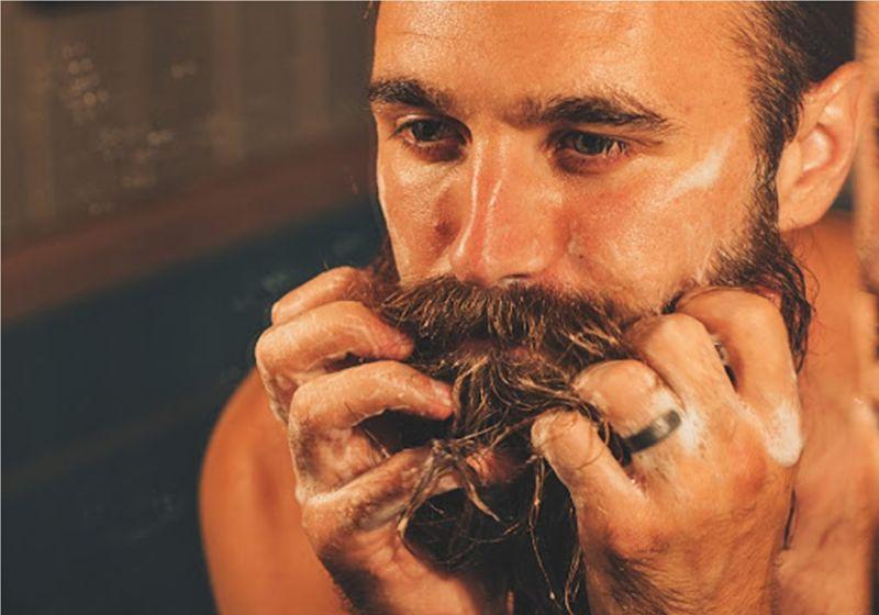 Imagem de homem lavando a barba