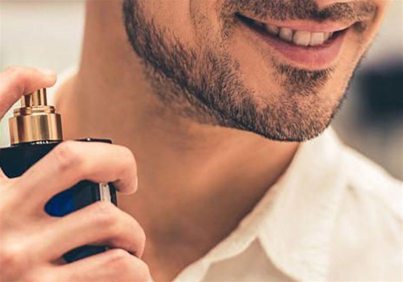 Imagem aproximada de um homem usando perfume