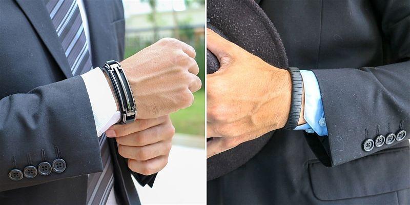 Imagens aproximadas de dois pulsos de modelos masculinos que usam terno e pulseiras de couro
