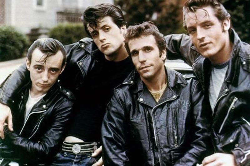 Imagem de homens nos anos 60 usando jaqueta de couro