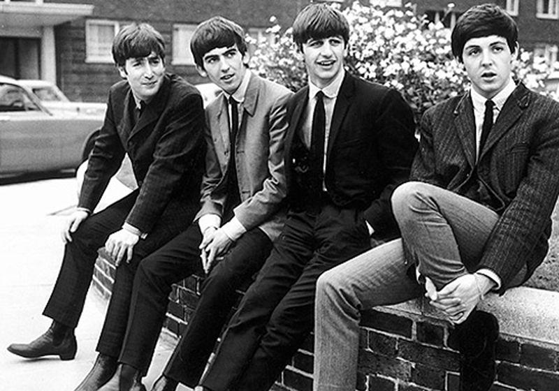 Imagem dos integrantes da banda Beatles usando bota chelsea