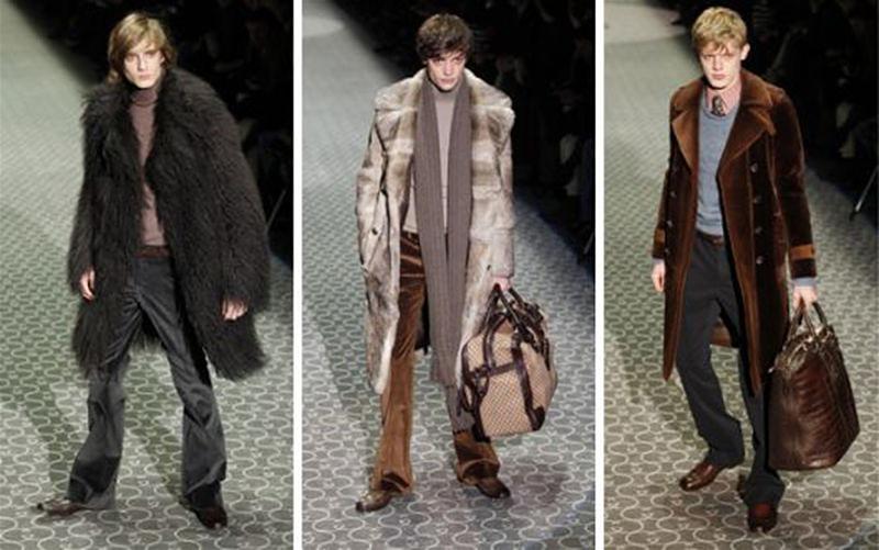 Imagem em destaque de três modelos na passarela usando calça com cintura baixa
