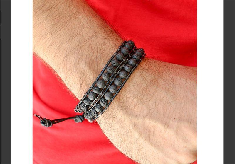 Imagem aproximada de um pulso masculino usando pulseira de pedras