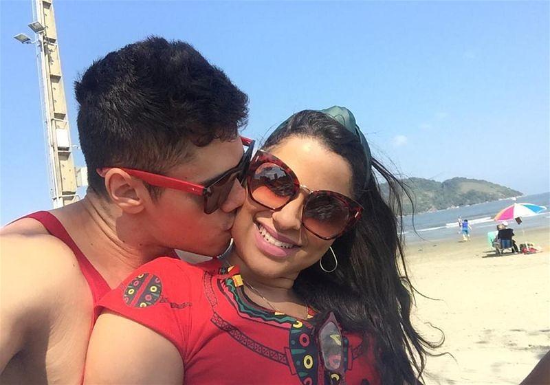 Imagem de um casal se abraçando na praia