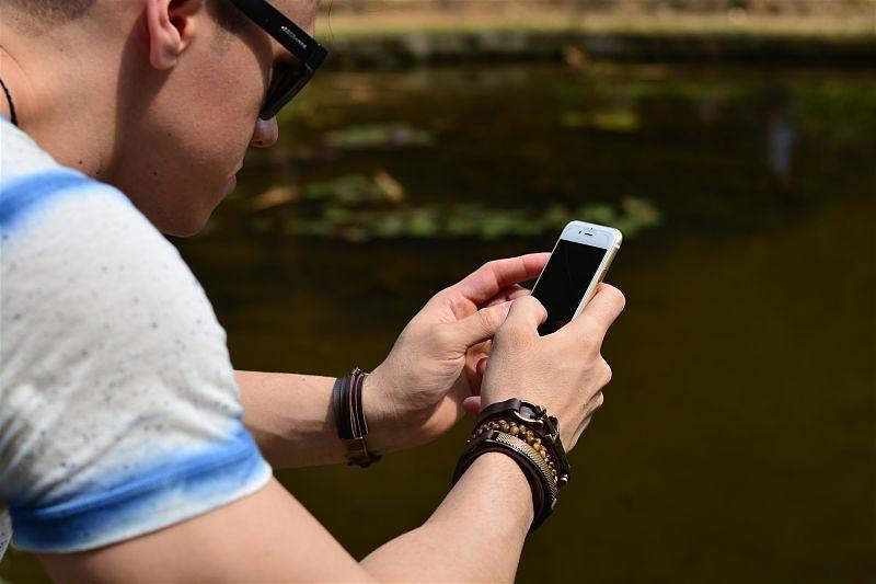 Imagem de um homem usando o smartphone