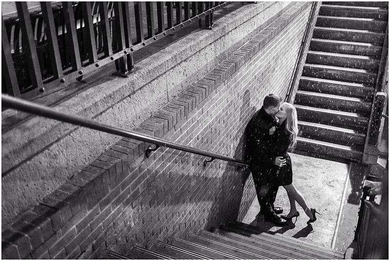 Imagem de um casal se abraçando em uma escadaria