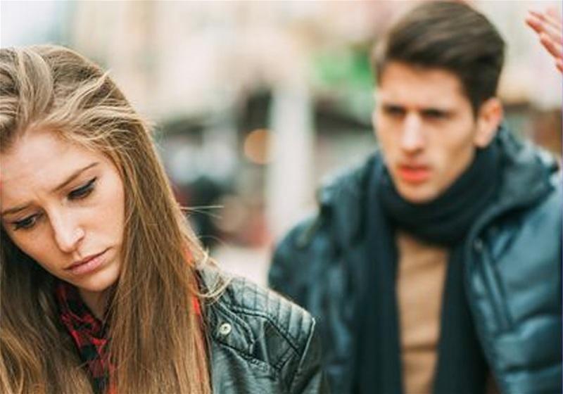 Imagem de um casal de namorados em conflito